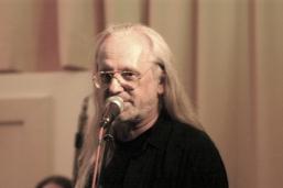 Fredl Petz ist in Wien eine Größe unter den Bassisten. Er ist ein alter Fuchs im Musikgewerbe und hält an diesem Abend Helmis Nightmare zusammen. (Foto: Oswald)